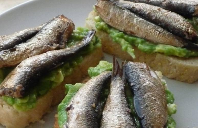 5 смачних бутербродів зі шпротами, які чудово підійдуть для новорічного столу