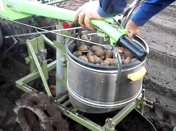 Пристосування, що полегшують посадку картоплі і догляд за ним