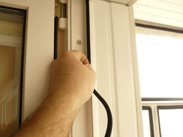 Як самостійно відрегулювати пластикові балконні двері