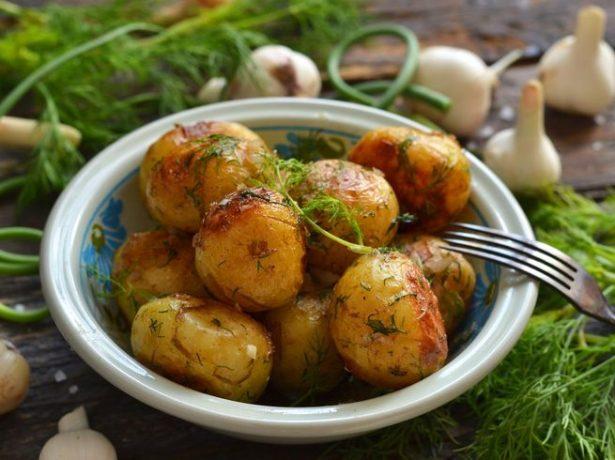 Хлібу підмога: порівнюємо користь картоплі, молодого, літнього, і осіннього