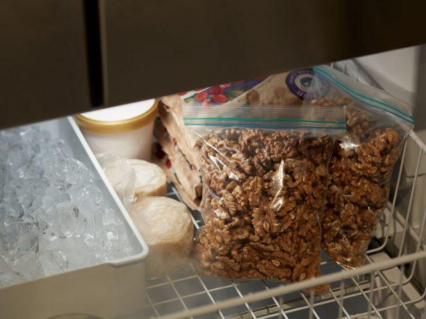 Волоські горіхи: як очистити їх і зберегти надовго