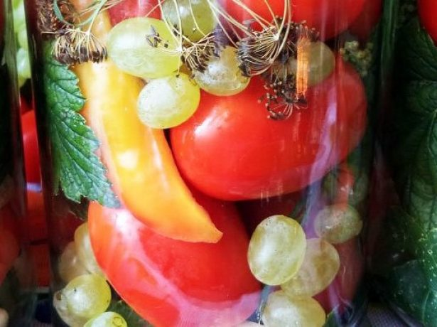 Осіння фантазія: мариновані помідори з виноградом на зиму